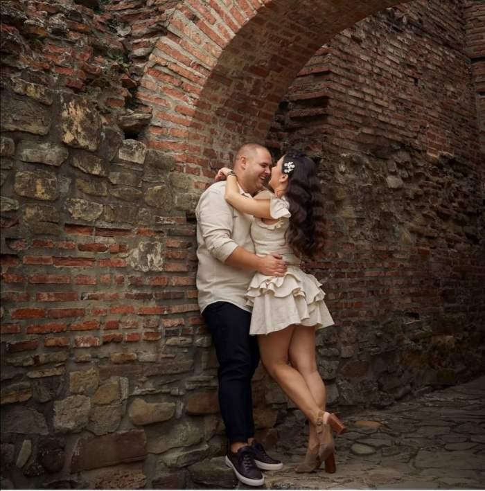 Alexandru Bădițoaia și soția, îmbrățișați și zâmbitori