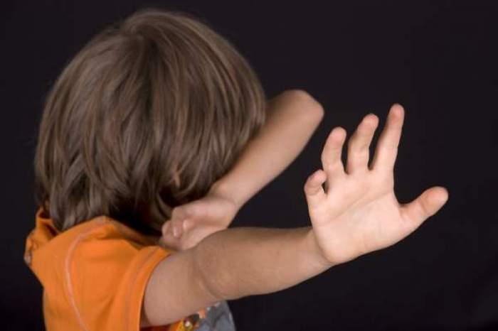 Un copil car încearcă să oprească vioelența asupra sa