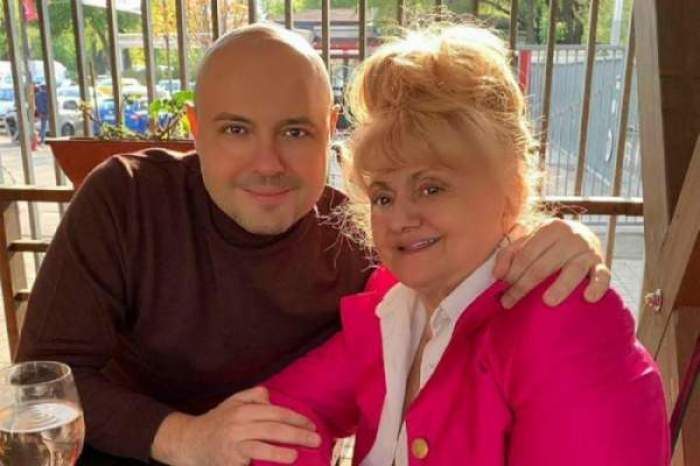 Mihai și Camelia Mitoșeru, îmbrățișați și zâmbitori la terasă