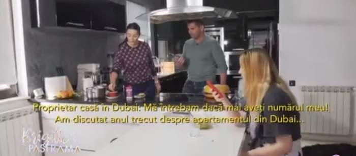 Brigitte și Florin Pastramă, alături de fiica brunetei, vorbesc cu cel care le va vinde o casă în Dubai