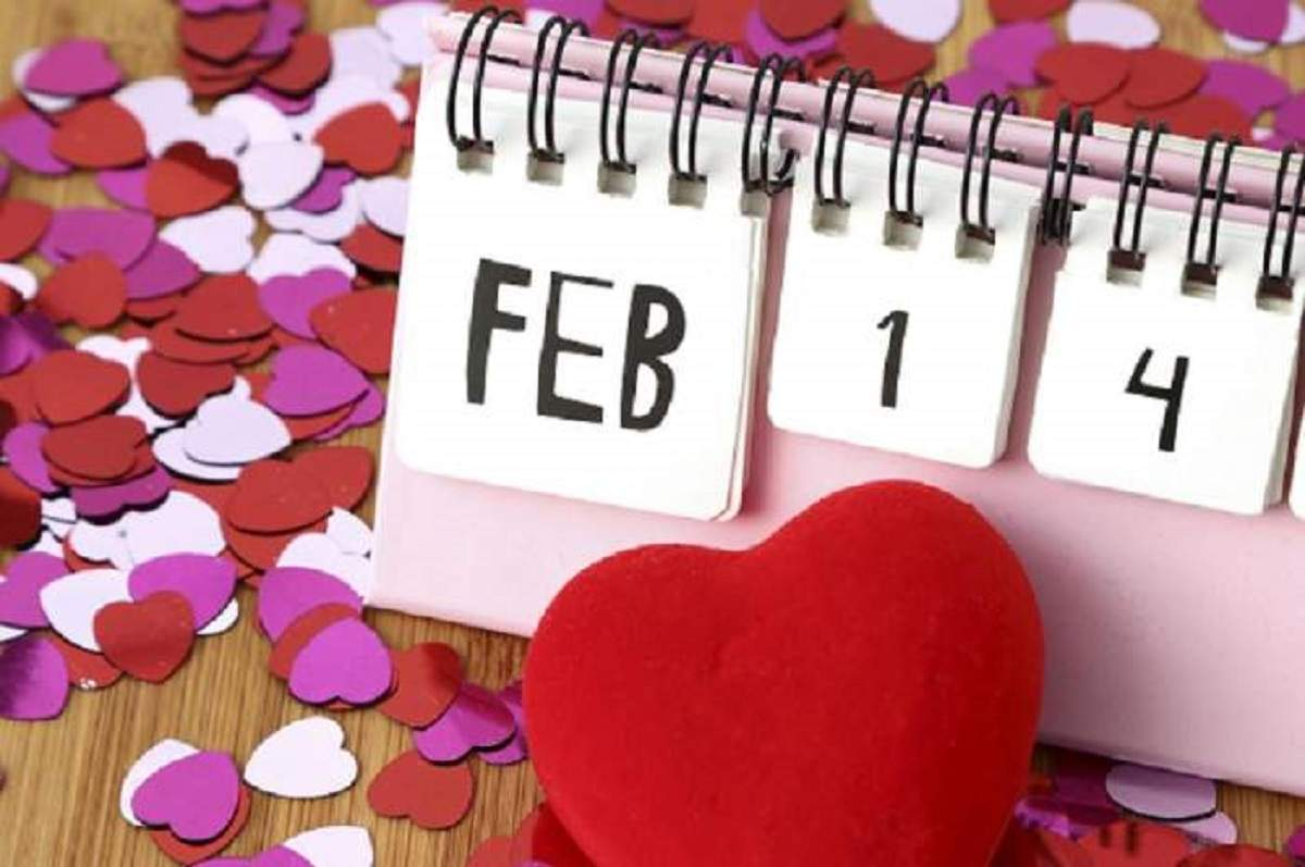O fotografie simbol cu un calendar roz ce indică data de 14 februarie. Lângă el sunt mai multe inimioare colorate.