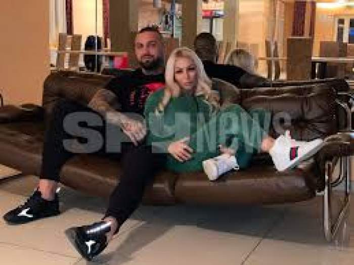 Iasmina Halas și iubitul, îmbrățișați pe canapea