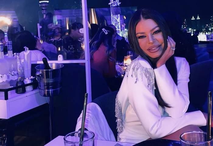 Ana Maria Mocanu, în ținută albă, într-un club