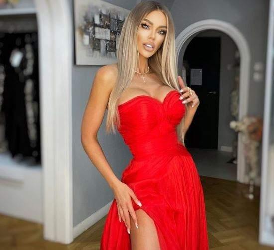 Bianca Drăgușanu în rochie roșie.