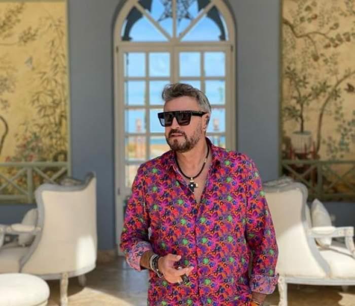 Cătălin Botezatu în vacanță, cu cămașă roz.