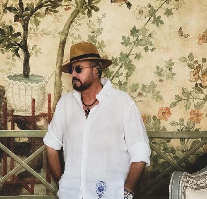 Cătălin Botezatu în cămașă albă și cu pălărie pe cap.