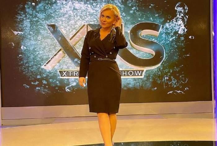 Paula Chirilă se află la Xtra Night Show. Vedeta poartă o rochie neagră.