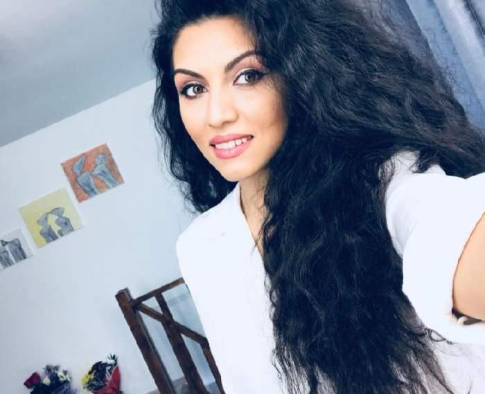 Doinița Oancea și-a făcut un selfie în casă, zâmbitoare, purtând un tricou alb