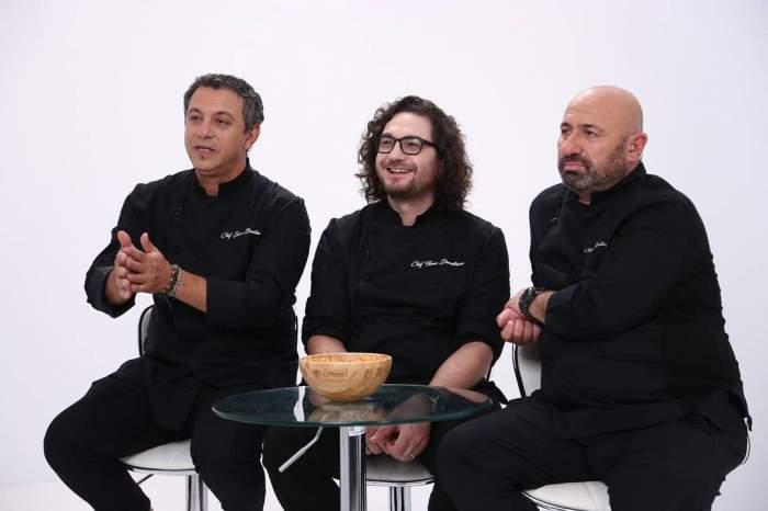 Cei trei jurați de la Chefi la cuțite gesticulează, stând la masă