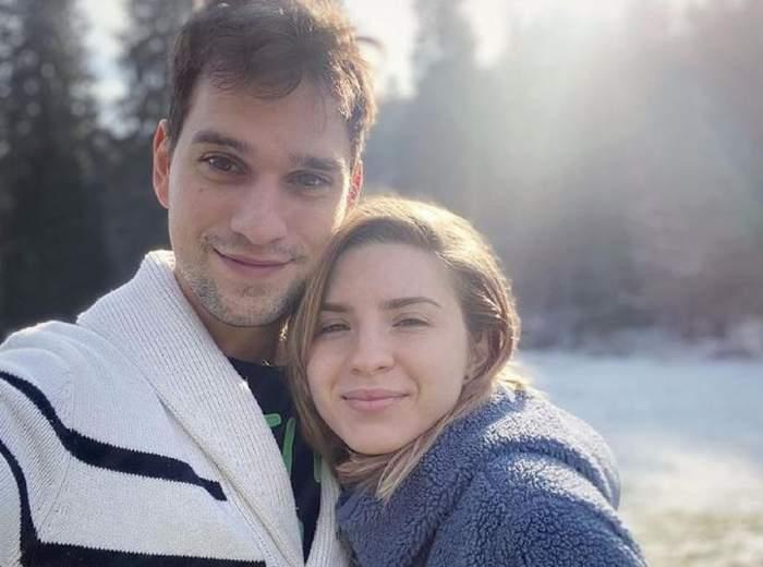 Cristina Ciobănașu și Vlad Gherman într-un selfie. El poartă un pulover alb, cu dungi negre, iar ea unul albastru.