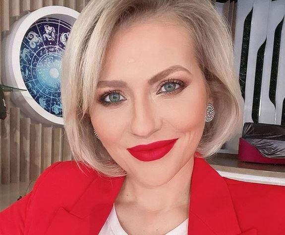 Mirela Vaida își face un selfie. Vedeta poartă un sacou roșu și e dată cu un ruj în aceeași nuanță pe buze.