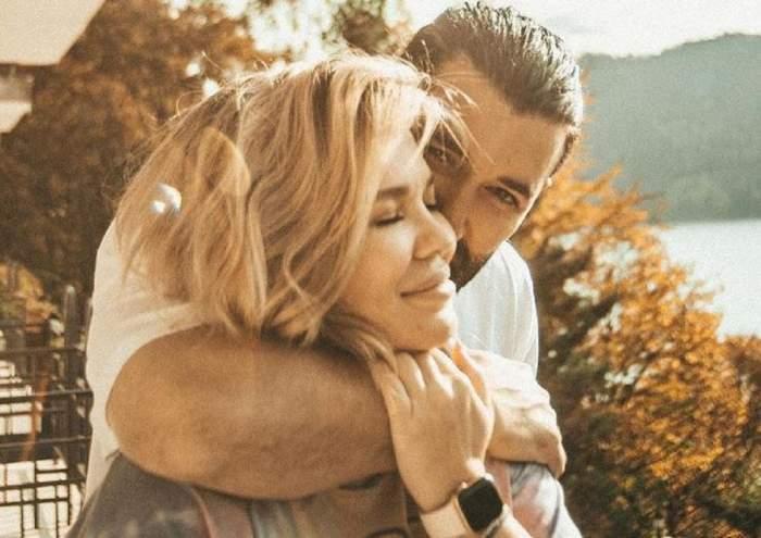 Smiley și Gina Pistol într-o imagine de cuplu. Artistul își ține brațul încolăcit în jurul gâtului ei, iar ea are mâna pe a lui.