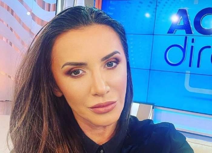Mara Bănică se află la Acces Direct. Vedeta poartă o cămașă neagră.