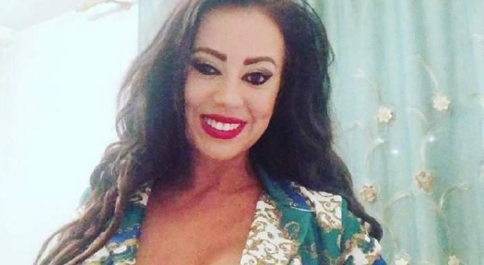 Larisa Drăgulescu, în ținută colorată și decoltată, fiind zâmbitoare