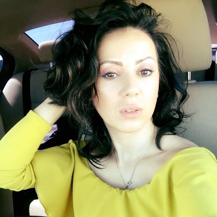 Larisa Drăgulescu și-a făcut un selfie în mașină, purtând o bluză galbenă