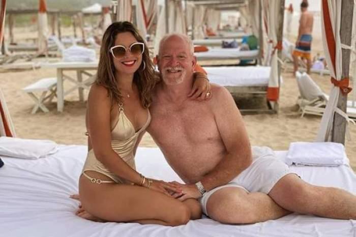 Iasmina Hill și soțul stau la plajă, îmbrățișați