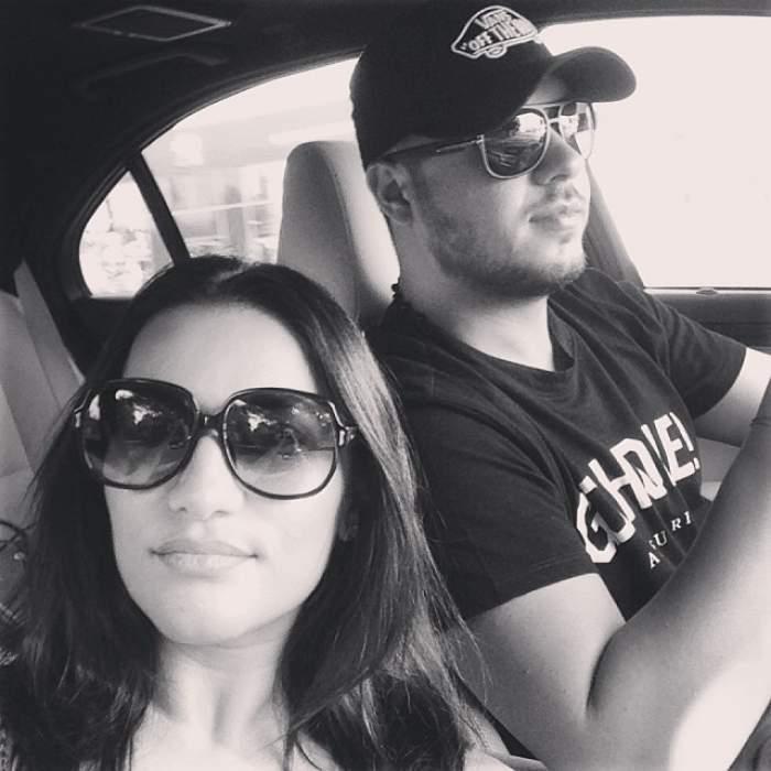 Fotografie alb-negru cu Gabi Bădălău și Claudia Pătrășcanu în mașină