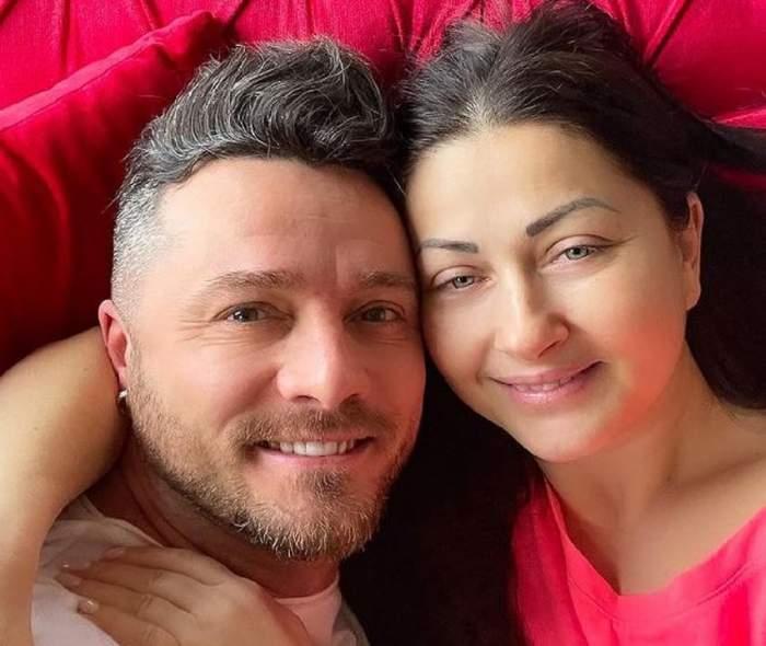 Gabriela Cristea și Tavi Clonda își fac un selfie. Ea portă un tricou roșu, iar el unul alb.
