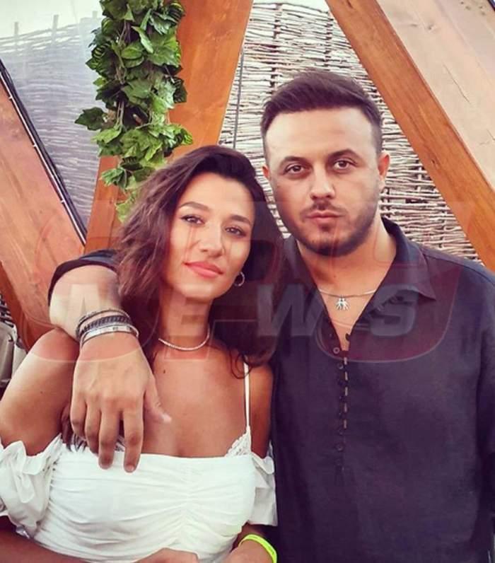 Claudia Patrascanu si Gabi Badalau sunt la o terasa, el o tine pe ea cu un brat, dupa umeri