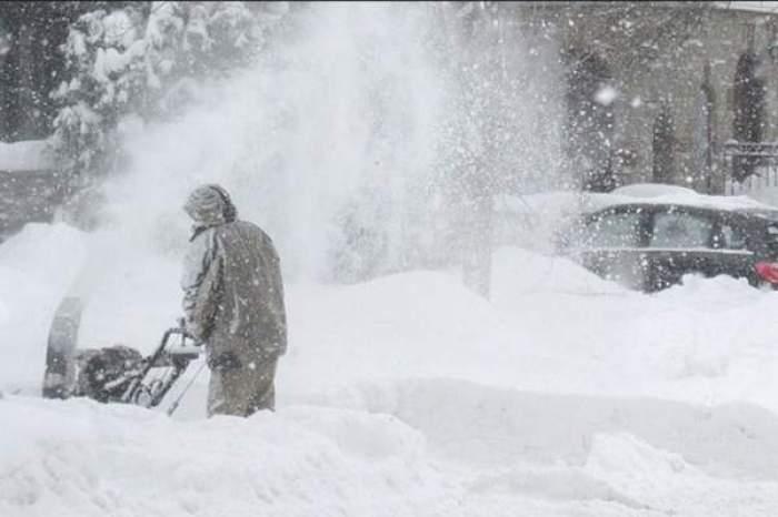 oameni in zapada la ninsoare