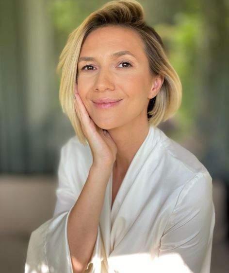 Adela Popescu nemachiată, în halat alb.