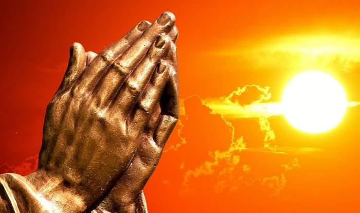 doua maini impreunate in timp ce se roaga