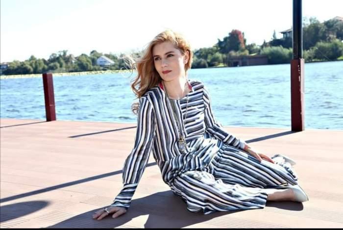 Anca-Ioana Androne, în ținută lejeră, la fel din cap până în picioare, pe ponton