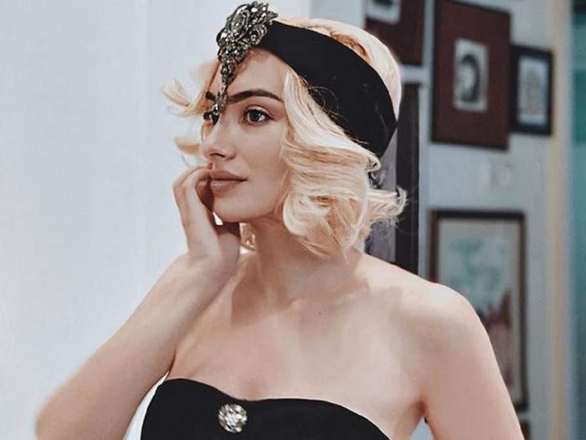 Ana Morodan poartă un top negru și o bentiță neagră accesorizată cu o piatră sclipitoare la nivelul frunții. Vedeta își ține bărbia în mână.