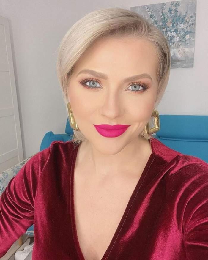 Mirela Vaida poarta o rochie de catifea rosie si este machiata natural