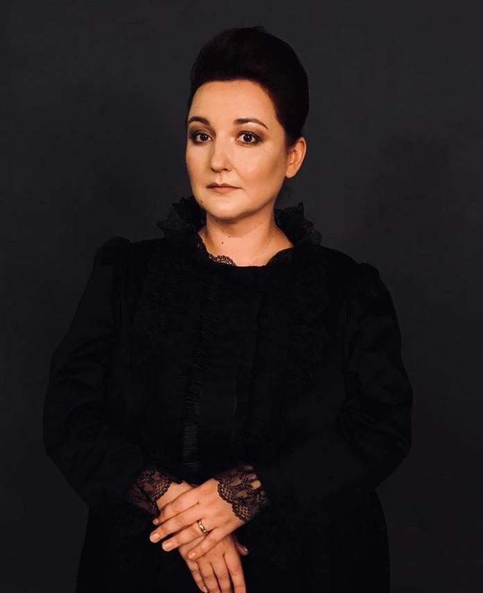 Ecaterina Ladin poarta haine negre si are o postura sobra