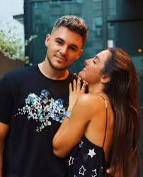 Alexia Eram și Mario Fresh s-au fotografiat îmbrățișați și zâmbitori