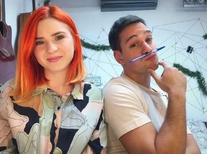 Cristina Ciobănașu și Vlad Gherman pe vremea când erau împreună. Ea poartă o bluză colorată în nuanțe de albastru și roz, iar el un tricou alb. Actorul își ține un pix situat pe buza de sus și își susține bărbia cu două degete.