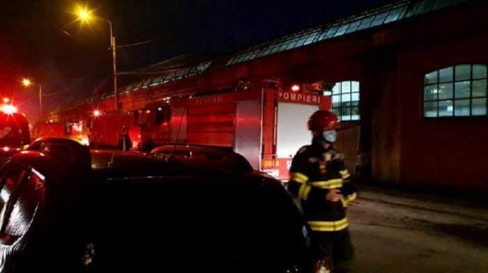 Imagine cu incendiul de la Matei Balș. În prim plan este un pompier.