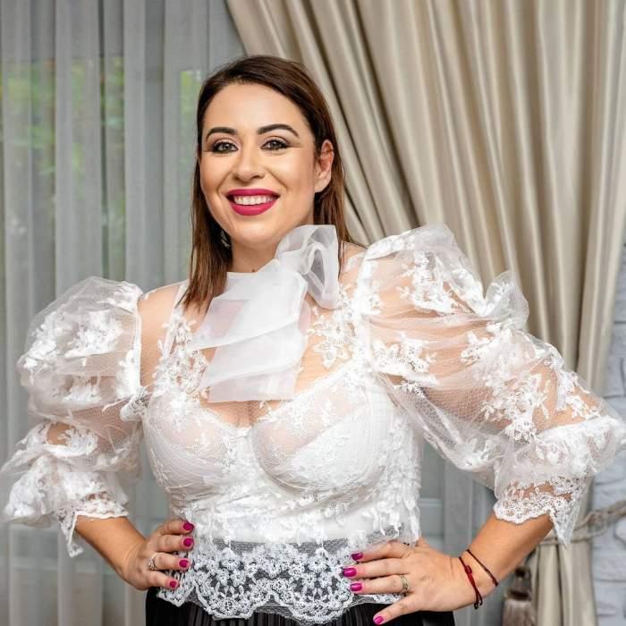 Oana Roman în bluză albă, cu dantelă.