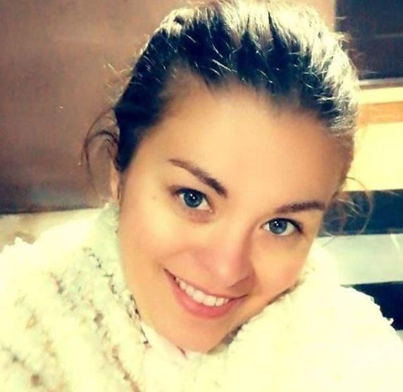 Monica Andrei cu părul prins, îmbrăcată în alb.