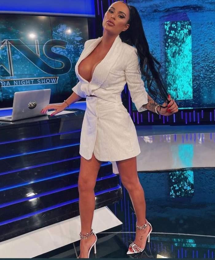 Daniela Crudu este in platou la Xtra Night Show, poarta o rochie alba cu decolteu adanc