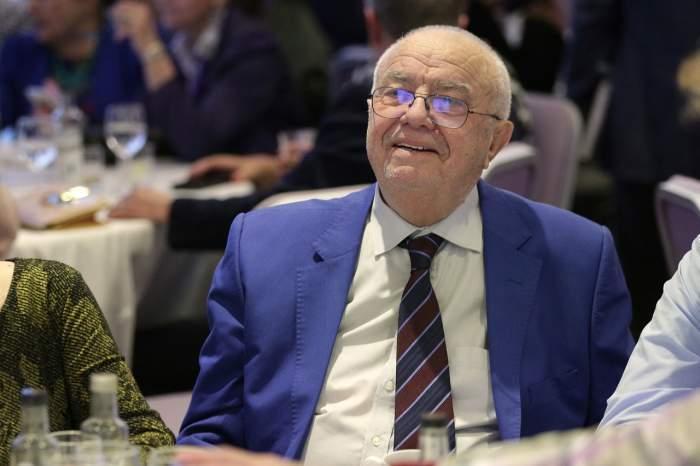 Alexandru Arșinel in costum la o petrecere