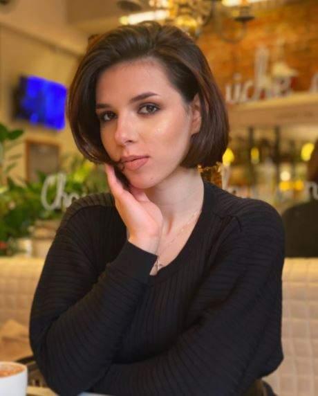 Gloria Barabancea în bluză neagră, la restaurant.