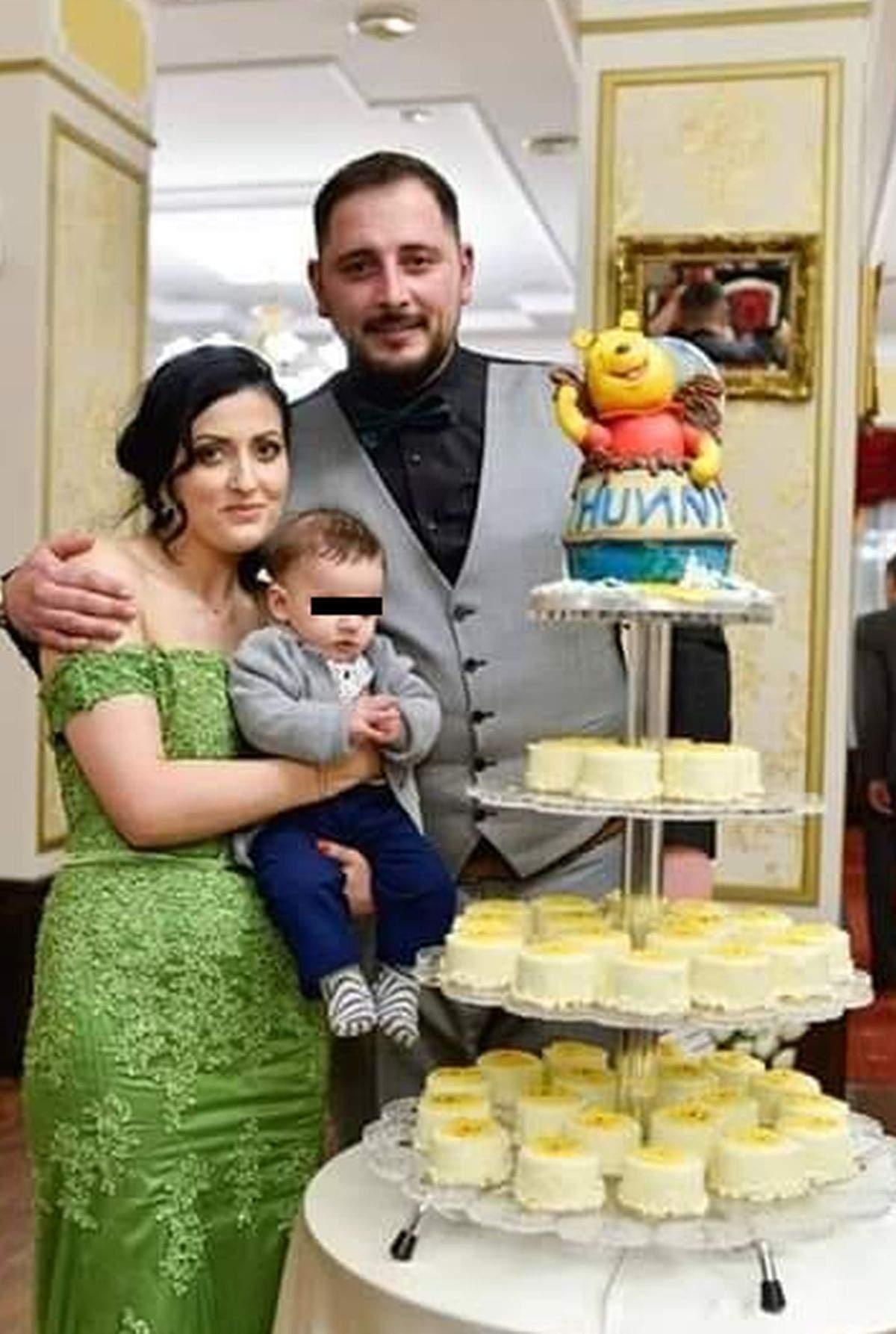 laurica mpfm in rochie verde cu copilul in brate alaturi de iubit