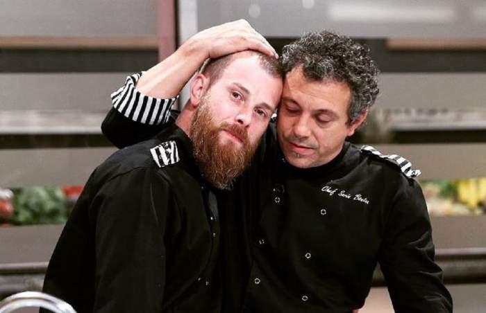 Silviu Costan și Sorin Bontea se află la Chefi la cuțite. Amândoi poartă uniformă neagră de bucătar. Chef-ul îi ține mâna pe cap fostului concurent.