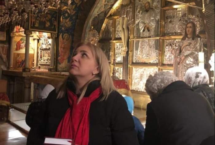 carmen serban in timp ce se roaga la biserica rugaciuni