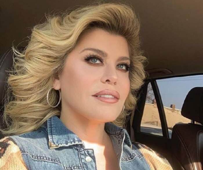 Loredana Groza, sfie în mașină în vestă de blugi