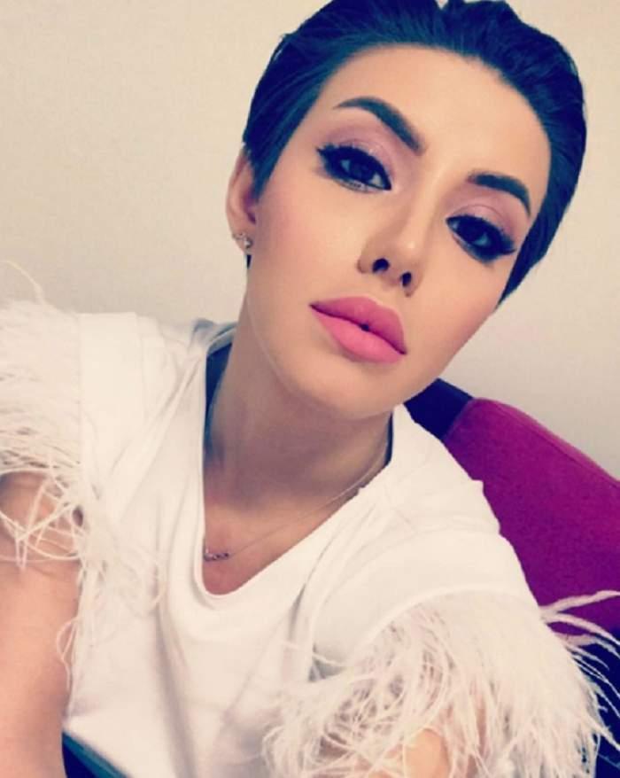 Nicoleta Nucă, seffie acasă, în tricou alb cu pene