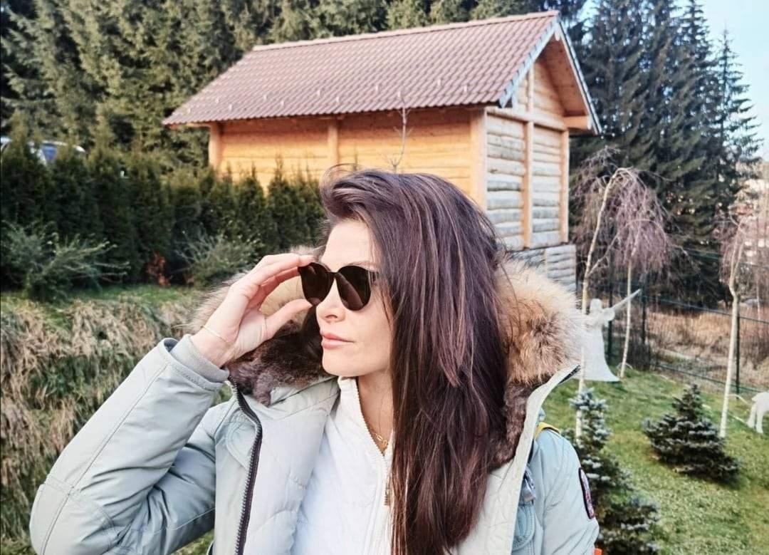 Alina Pușcaș, în geacă albă, la munte
