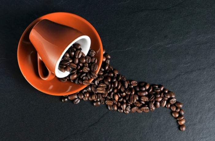 Imagine cu o ceasca de cafea boabe rasturnata