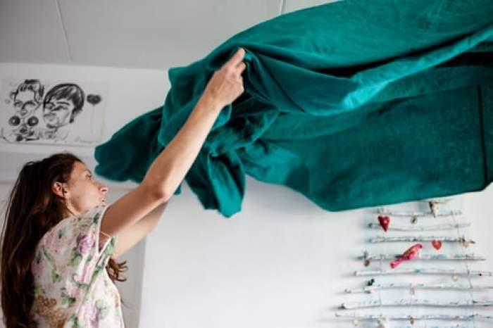 femeie care face patul