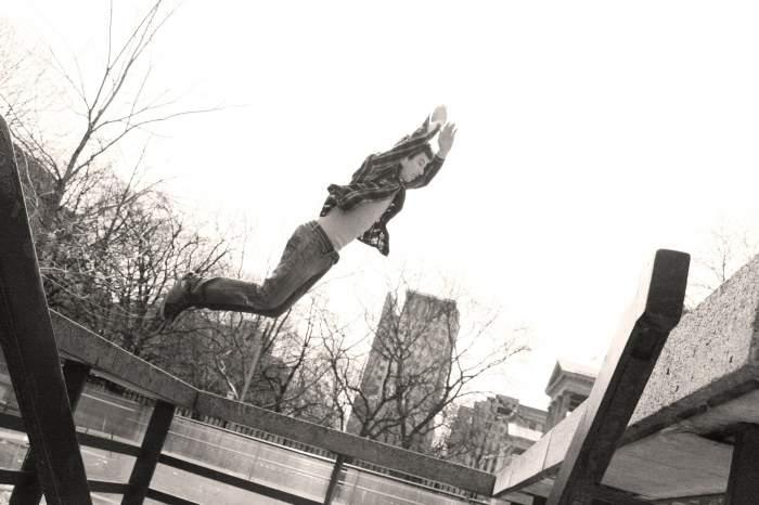 Tânăr la un pas de moarte, după ce a căzut în gol de pe terasa unui hotel din Baia Mare! Teribilistul este practicant de parkour