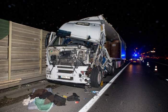 Tragedie în Timiș! Doi tineri căsătoriți au murit, după ce au intrat cu mașina sub un camion