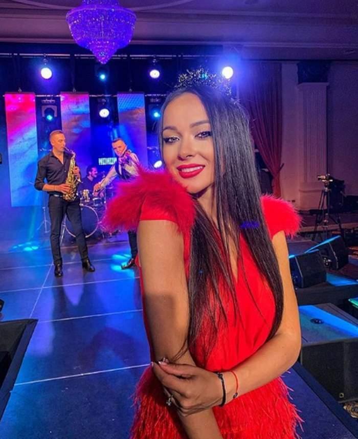 Vladuta Lupau este pe scena, la un concert, paorta o rochie rosie si are parul desprins