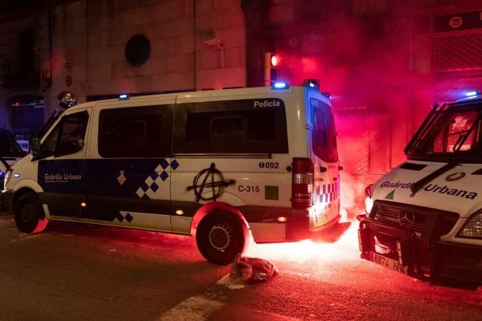 Barcelona, a 11-a zi sub asediu, după arestarea unui rapper vestit! Furgonetele polițiștilor sunt incendiate, iar magazinele jefuite